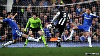 Сиссе забивает гол в матче против Челси