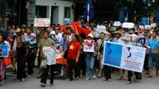 Người biểu tình tuần hành trên đường phố Hà Nội