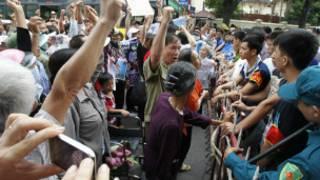 Người biểu tình bị chặn lại trước Sứ quán Trung Quốc hôm 8/7
