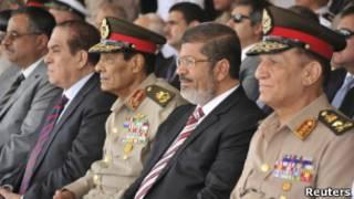Mohammed Mursi (c) e Hussein Tantawi (esq.) | Foto: Reuters