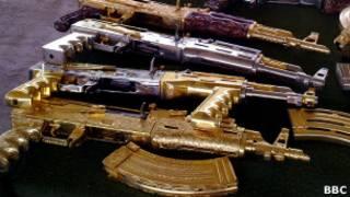 Позолоченные автоматы Калашникова, изъятые у месиканской наркомафии