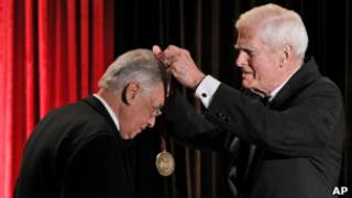 Fernando Henrique Cardoso (à esq.) recebe prêmio (foto: Associated press)