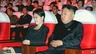 Ким Чен Ын и неизвестная женщина