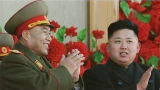 Ли Ён Хо (справа) с Ким Чен Ыном