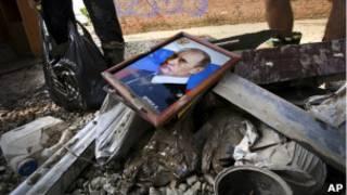 портрет Путина на развалинах