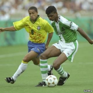 Roberto Carlos disputa bola com Kanu durante semifinal olímpica de 1996