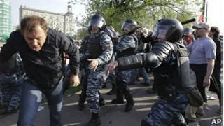 полиция и демонстрант на Болотной