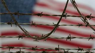 bandera de EEUU tras una cárcel