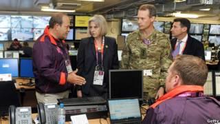 英國內政大臣特麗莎·梅和科勛爵視察倫敦奧運安保指揮中心