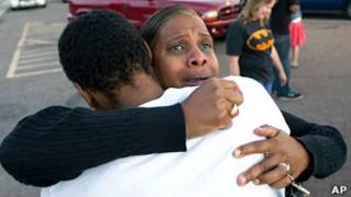 枪击案目前已导致12人死亡,59人受伤。