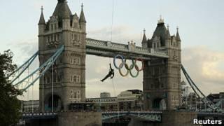 Олимпийский огонь прибывает в Лондон