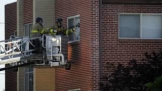 ضباط شرطة يحاولون دخول الشقة