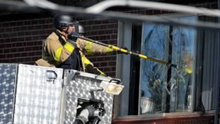 policía entra a la casa del sospechoso
