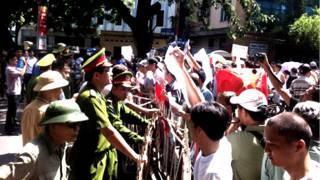 Hàng rào chắn ngăn cách người biểu tình với công an