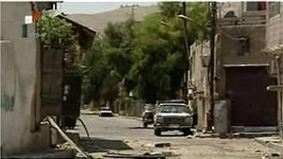Cảnh đường phố bị cày phá bởi đạn