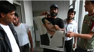 Повстанец из Свободной сирийской армии разрывает портрет Башара Асада