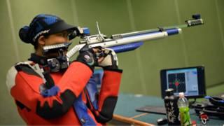 Nữ vận động viên bắn súng người Malaysia đang tập luyện tại ngoại ô Kuala Lumpur