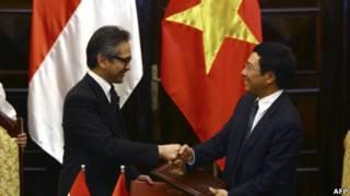 Ông Natalegawa và người đồng nhiệm Phạm Bình Minh