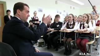 Медведев в гимназии в Челябинске