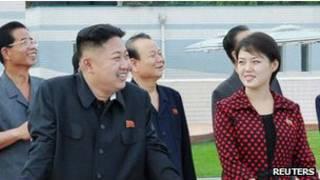 Kim Jong-un acompañado por quien sería ahora su esposa