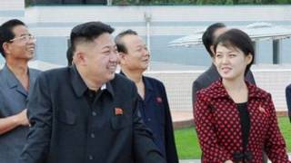 Ông Kim Jong-un và phu nhân (bìa phải)