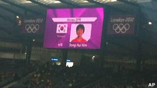 उत्तर कोरियाई खिलाड़ी के सामने दक्षिण कोरिया का झंडा