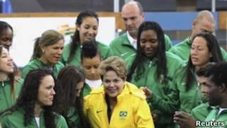 Dilma Rousseff cercada por atletas olímpicos brasileiros em Londres (Reuters)