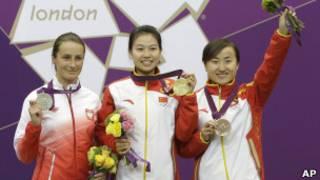 الصينية يي سيلينغ( وسط)