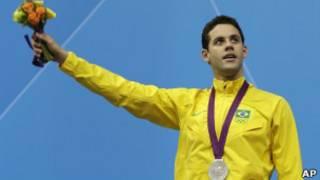 Thiago Pereira com a medalha de prata (Foto: AP)