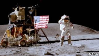 "Флаг США и посадочный модуль ""Аполлон-16"""
