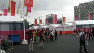 北格林尼治體育館外的奧運志願者「步步為營」