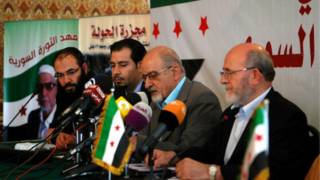 هيثم المالح (الثاني من اليمين) في المؤتمر الصحفي في القاهرة
