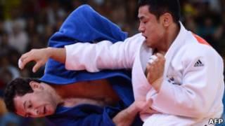 Judocas Tiago Camilo (à esq.) e Song Da-Nam (à dir.). (foto: AFP)