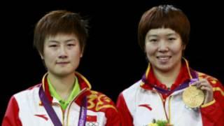 李晓霞和丁宁站在领奖台上