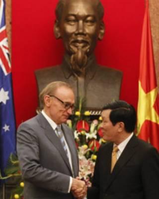 Ngoại trưởng Úc Bob Carr bắt tay Chủ tịch Trương Tấn Sang ở Hà Nội hồi tháng Ba 2012