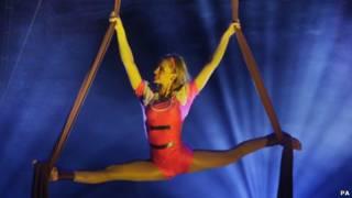 杂技演员在爱丁堡边缘艺术节上表演体操