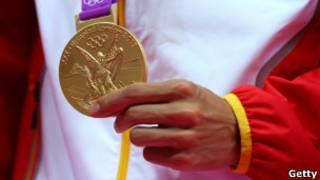 奥运冠军胸前的金牌