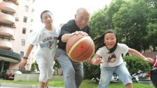 吴成章与孩童玩球
