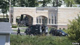 Policiais da Swat cercam templo Sikh (foto: Darren Hauck/Getty Images)