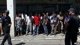 الشرطة اليونانية تلقي القبض على مهاجرين غير شرعيين
