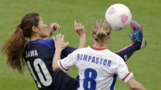 Pemain Jepang Homare Sawa merebut bola