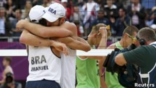 Emanuel e Alison comemoram vitória (Foto: Reuters)