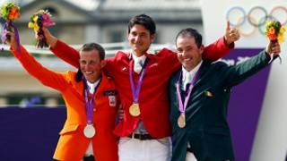ستيف غيردات (وسط)