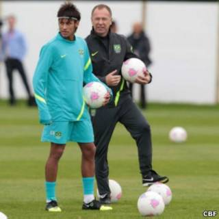 Neymar e Mano Menezes durante treino (Foto: Rafael Ribeiro/CBF)