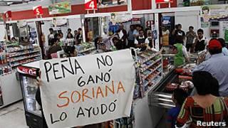 Compradores en tienda Soriana