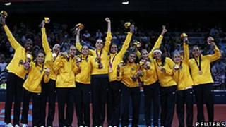 Equipe de vôlei feminino comemora medalha de ouro (Reuters)