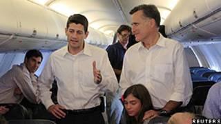 Paul Ryan (esq.) e Mitt Romney no avião a caminho da Carolina do Norte (Reuters)