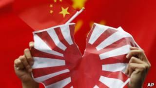 香港反日示威者撕毀日本旗