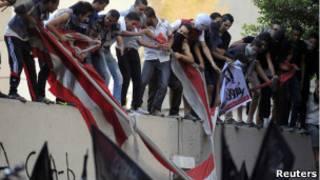 Участники протеста у посольства США в Каире