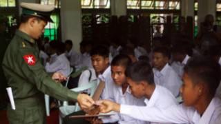 Lính trẻ em Miến Điện trong một đợt giải ngũ